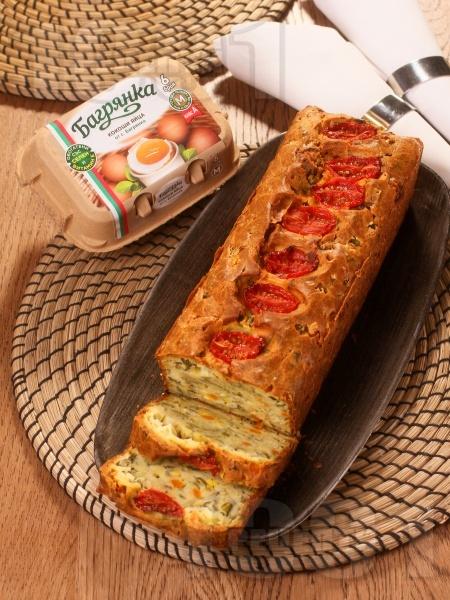 Зеленчуков хляб с  броколи, кисели краставички, морков, царевица, чери домати и яйца Багрянка - снимка на рецептата